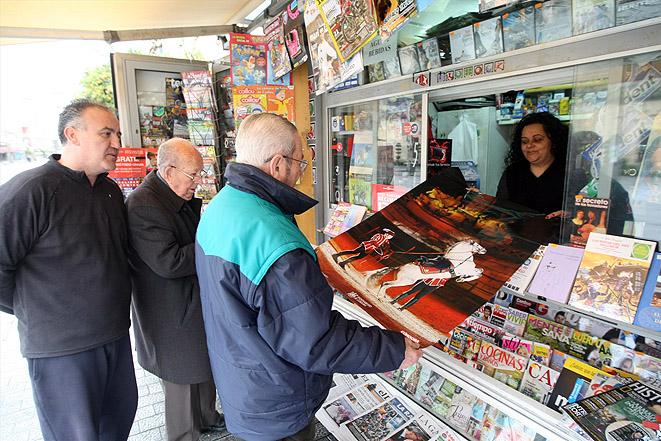 Distribución del póster en los quioscos de prensa. Foto: A. J. González.
