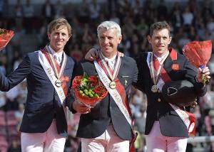 Roger Ives Bost, en el centro, acompañado de los británicos Ben Maher y Scot Brash.