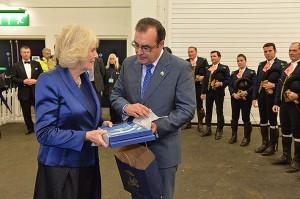 La Duquesa de Cornualles y Juan Carlos Román, director gerente de la Real Escuela.