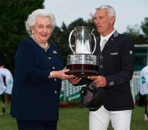 S A R La Infanra Doña Pilar de Borbón hace entrega de la copa a Roger Yves Bost.