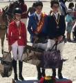 David Ariza, en el centro, con la medalla de oro en ponis C.